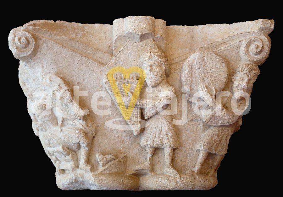 capitel con el rey david y músicos