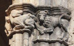 capitel con león atacando