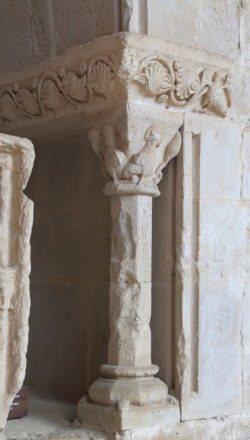 columna con capitel románico