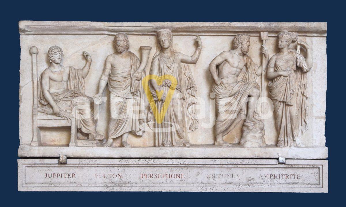relieve con dioses mitológicos