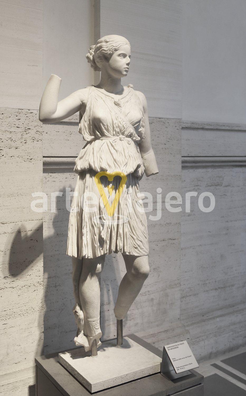 joven vestida de artemisa
