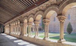 claustro románico de la concatedral de san pedro