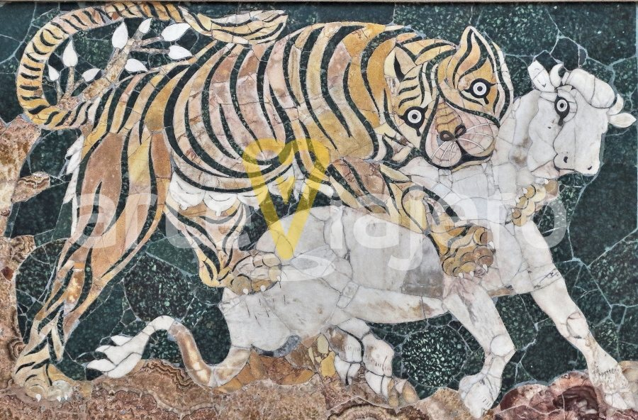 mosaico del tigre atacando a un ternero