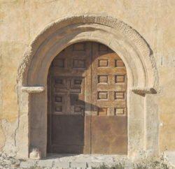 portada románica con arco de herradura