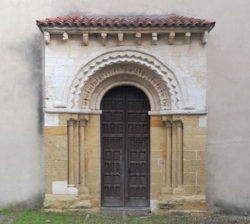 iglesia de san esteban de sograndio, portada