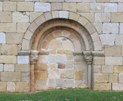 portada románica cegada