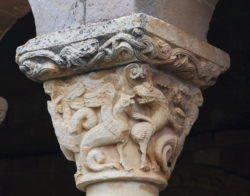 capitel con lucha de dragones