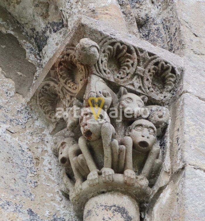 capitel con monos
