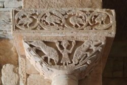 iglesia visigoda, capitel con daniel en el foso de los leones
