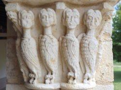 capitel con cuatro arpías