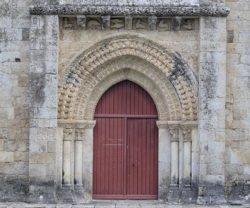portada de la iglesia románica de saint pierre