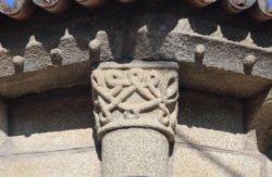 capitel románico con entrelazos