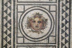mosaico con gorgona