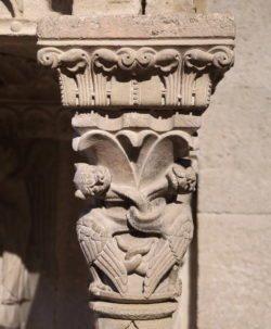 capitel con figuras caninas aladas