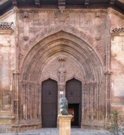 puerta gótica de la iglesia de alcaraz