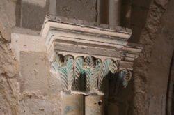 capiteles con policromía