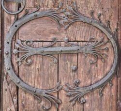 herrajes portada románica