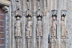 escultura de la puerta de lo apóstoles