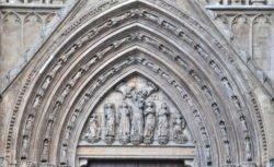 tímpano gótico de la puerta de los apóstoles