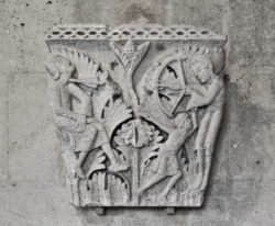 capitel románico con la muerte de caín