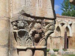 capiteles con acantos en el románico