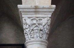 capitel románico mármol