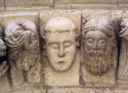 cabezas en portada románica