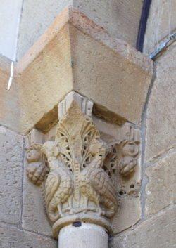capiteles con arpías y acantos