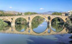 puente con reflejos