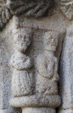 capitel con figuras antropomorfas