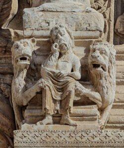 daniel en el foso de los leones románico