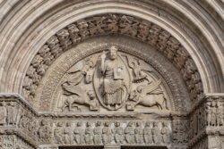 tímpano románico iglesia de san trófimo