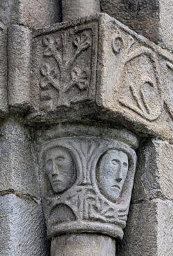 capitel decorado con caras