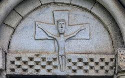 tímpano románico con cristo crucificado
