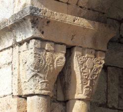 capitel con motivos vegetales y geométricos