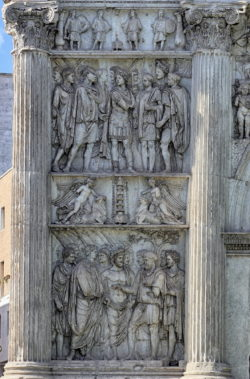 relieves del arco romano