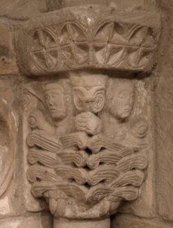 capitel con volutas y cabezas