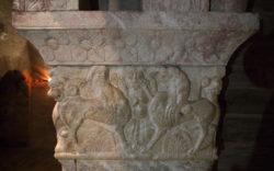 capitel con grifo y centauro