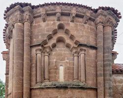 ventana con arcos polilobulados