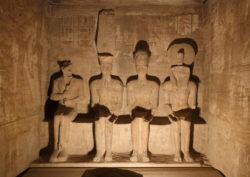 Ptah, Amón Ra, Ramsés II y Ra-Horajti