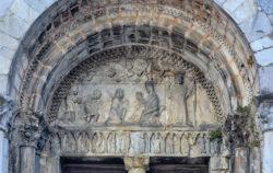 tímpano románico con la adoración de los reyes magos