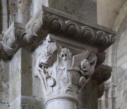 capitel románico con el demonio