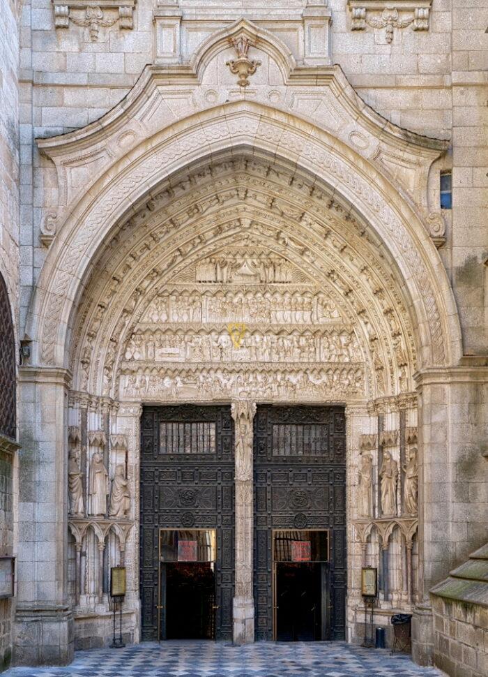 puerta del reloj de la catedral de toledo
