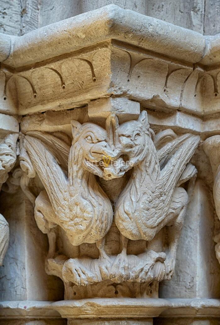 grifos asirios románico