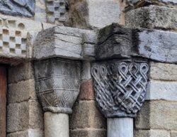 capiteles con motivos geométricos