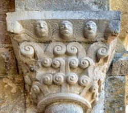 capitel volutas cabezas