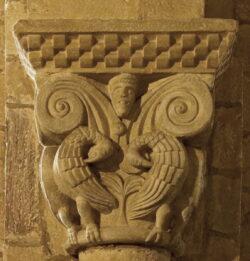 capitel con pelícanos