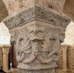 capitel con cabeza de león